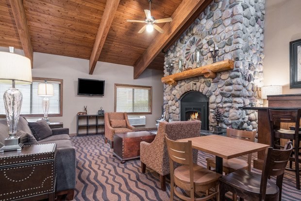 AmericInn Lodge and Suites – Tofte/Lutsen – Lobby Area